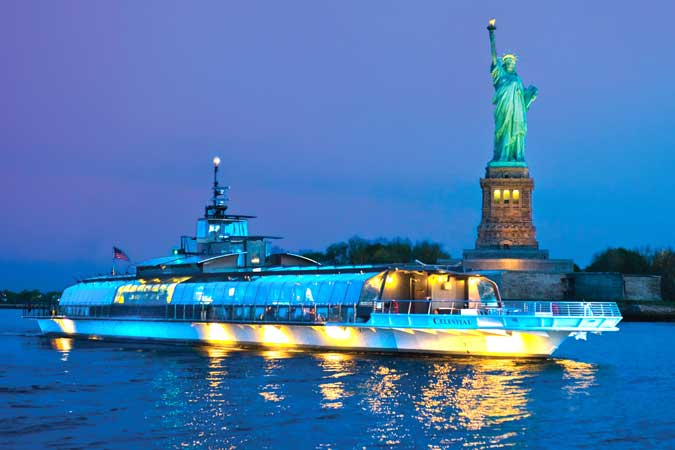 Bateaux New York at Statute of Liberty